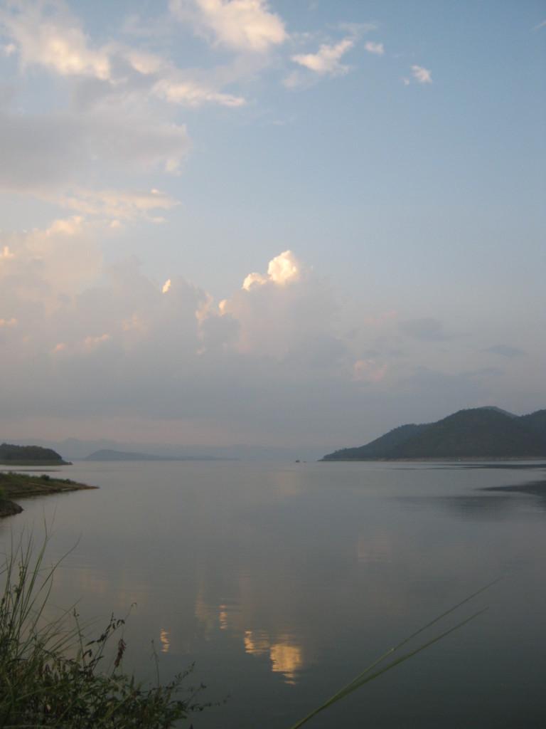 Srinagarind Nationalpark Stausee in der Daemmerung