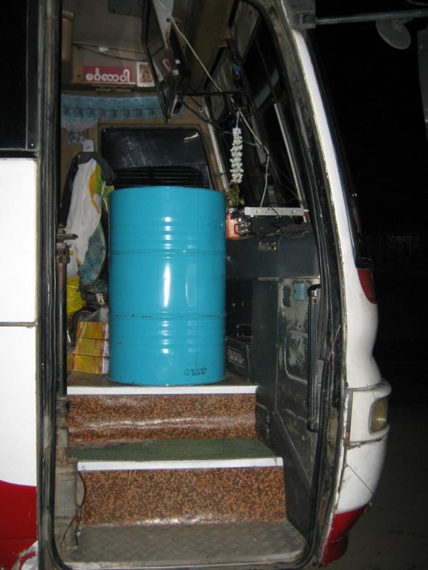 Busfahrt mit Ölfass